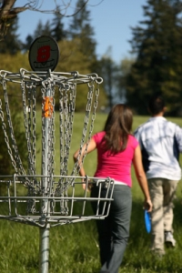 students playing frisbee golf
